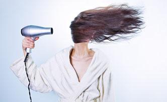 Comment bien choisir son sèche-cheveux silencieux ?